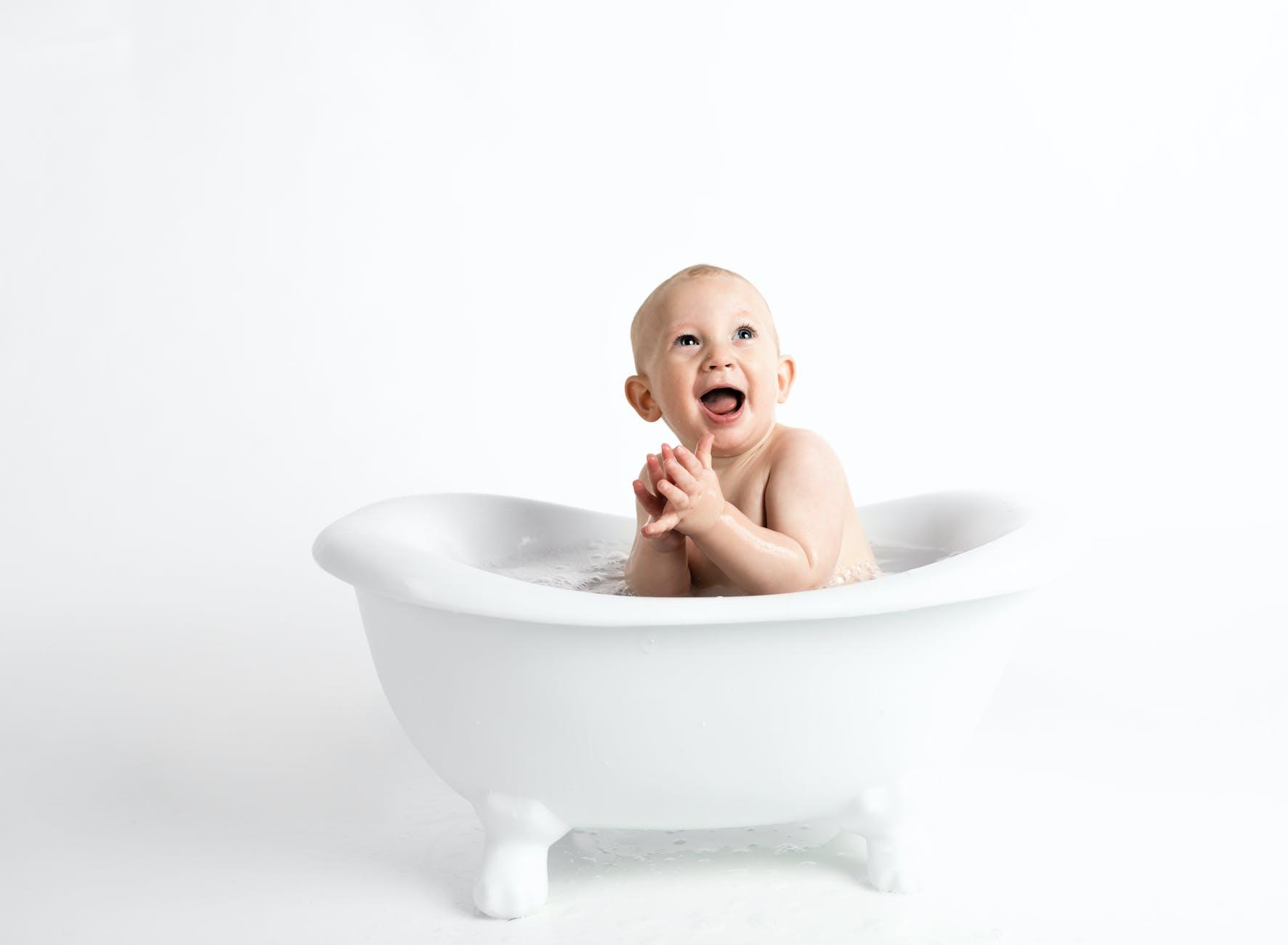 Fürdessük vödörben a hasfájós kisbabát